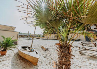 Citybeach Dresden_Boot und Palme im Sand